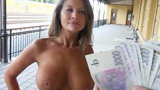 C'est la vidéo d'une femme mûre avec des gros nichons qui est bien conservée pour son âge