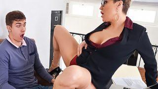 Il la baise ensuite et la sodomise bien fort pendant qu'elle caresse son vagin rose