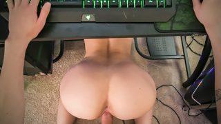 Directement sur son bureau, juste à côté de son ordinateur