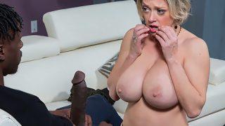 Porno vidéo d'une blonde avec une grosse paire de seins qui se fait baiser